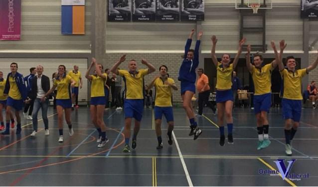 De zege op FIKS werd luid bejubeld door de korfballers van SKF. (Foto: SMKF)
