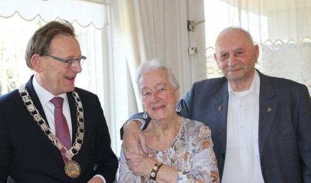 Burgemeester Koos Janssen bracht op 13 februari een bezoek aan Evert en Wil Kok. FOTO: Lydia van der Meer