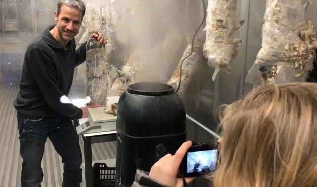 Oesterdeskundige Michel Brans laat zakken gevuld met gezonde en voedzame oesterzwammen tot rijping komen in de witte zeecontainer. (foto Sterre Delemarre)
