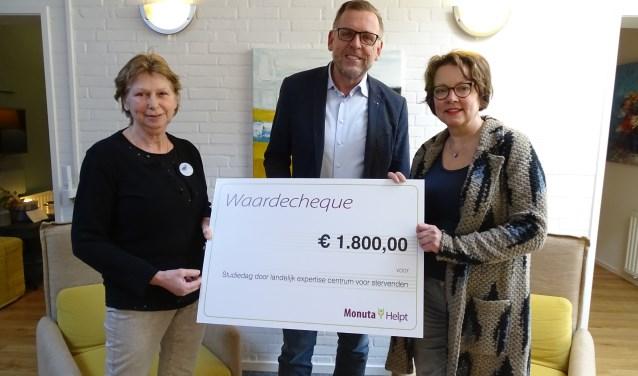 Een welkome gift voor de ondersteuning van de vrijwilligers in Hospice Oudewater, met name door studiedagen. V.l.n.r. Ria de Vor, Robert Landsman van Monuta, en Karin Sluijs. (Foto: Margreet Nagtegaal)
