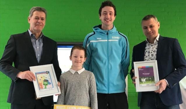 Het eerste RABO Sjors Sportief boekje werd vandaag uitgereikt op de KPO de Josephschool. Maud van Hegelsom heeft een prachtige tekening gemaakt en zij heeft dit jaar de eer om op de kaft van alle RABO Sjors Sportief boekjes te staan.