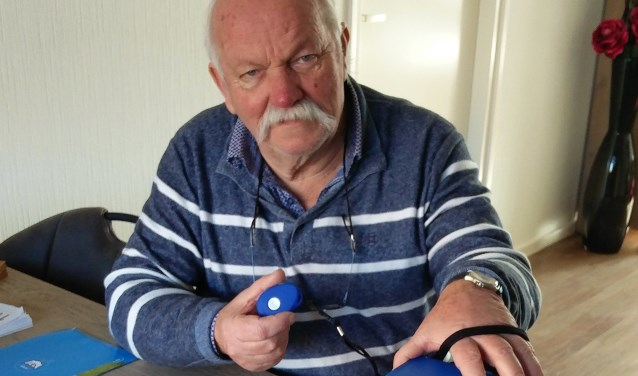"""Mijnheer Pelgrim is blij met de technische hulpmiddelen die Remco Bouwmeester voor hem verzorgde: een mobiel alarm, een camera en intercom. """"Als er iets met me gebeurt, wil ik snel hulp kunnen inroepen. Dat is nu geregeld."""" (foto: Remco Bouwmeester)"""