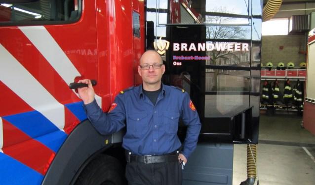 Postcommandant Hans Rigter, trots voor 'zijn' nieuwe brandweerauto. Die kostte 250.000 euro, maar dan heb je ook wat. Twee slangen van 90 meter en ruimte voor 2.000 liter bluswater waarmee alle woningbranden kunnen worden bestreden.