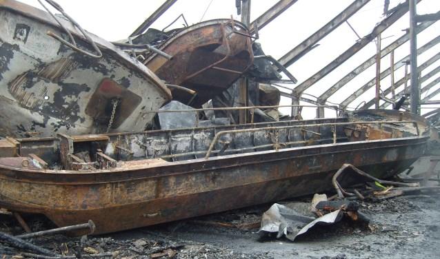 Dit is wat er overbleef van de twee IJsselsteinse rondvaartboten. (Foto: Hans van Dis)
