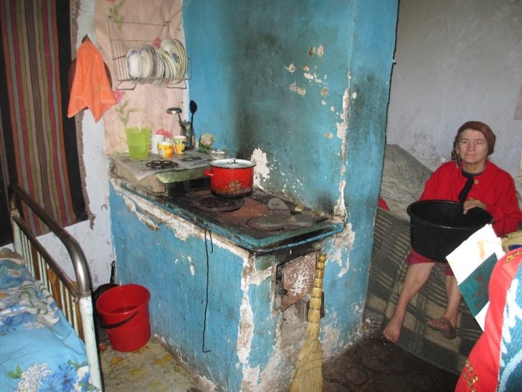 Eén van de thuiszorgcliënten in haar huis in Straseni.