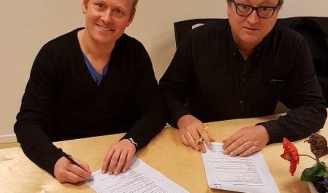 Voorzitter van FC Driebergen Erik Zegwaart (r) en Wouter van den Berg (l) hoofdtrainer van de mannenselectie, tekenen het contract.