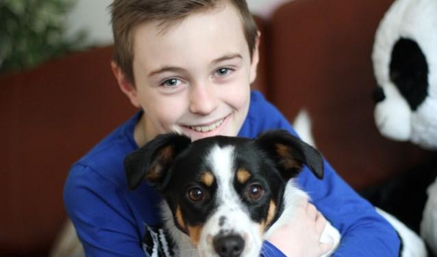Harrie Kelders met zijn lievelingshond, de boerenfox Bert.