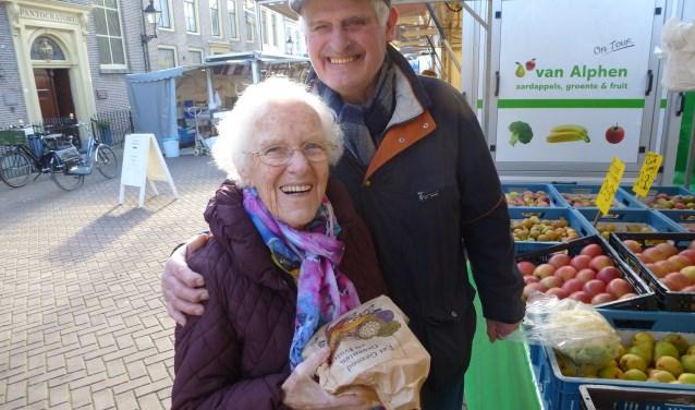 Cor Borgstein (links) gaat nog altijd graag met haar man Jo naar de markt.