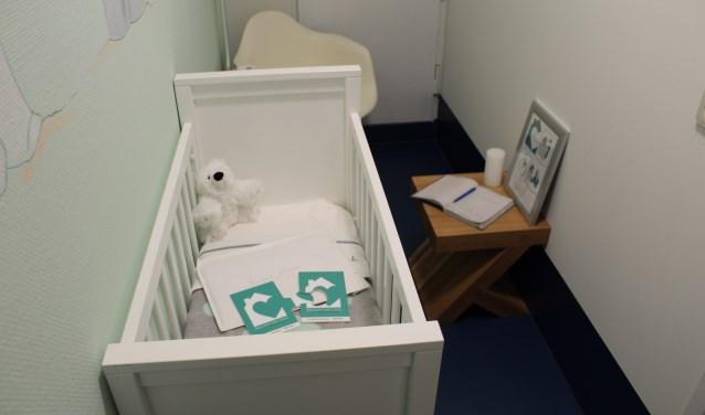 In de Vondelingenkamer van het ADRZ staat een bedje waar het kindje in kan liggen en een stoel voor de moeder. Zo kan zij rustig afscheid nemen. FOTO: Marit Jansen Van Galen
