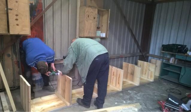 Ook in de nieuwe loods aan de haven zijn vorig jaar de nodige klussen uitgevoerd. Hier worden de materiaalbakken in elkaar gezet.