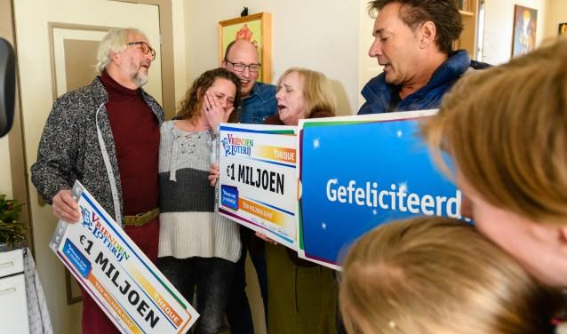 Albert en Susan uit Hekelingen winnen 2 miljoen euro bij de VriendenLoterij en ontvangen de twee cheques van 1 miljoen euro uit handen van VriendenLoterij-ambassadeur Gerard Joling. Foto: Roy Beusker