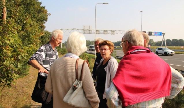 Leden van Buurtgroep de Kemmer op verkenning langs de A58, die met zijn files vaak zorgt voor grote hoeveelheden sluipverkeer op de binnenwegen.