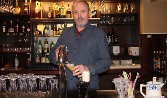 Marcel Smid tapt zijn eerste biertje in De Gulle Waard, het restaurant dat vanaf 1 mei De Gulle Smid gaat heten.