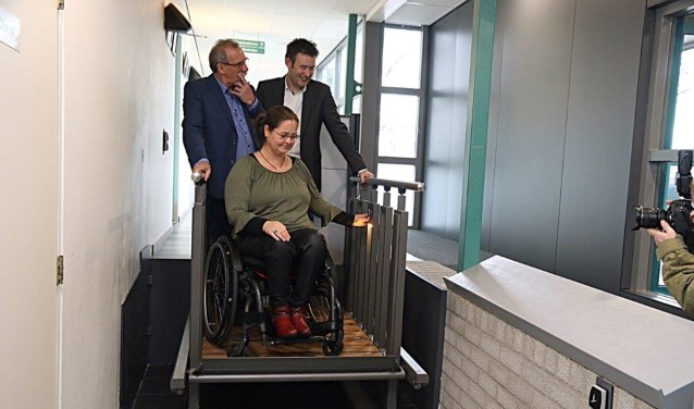 Gebruikster Erica Vriezen, wethouder Han Boer (rechts) en bedrijfsleider Hans Meijerink. Foto: Jaime Lebbink