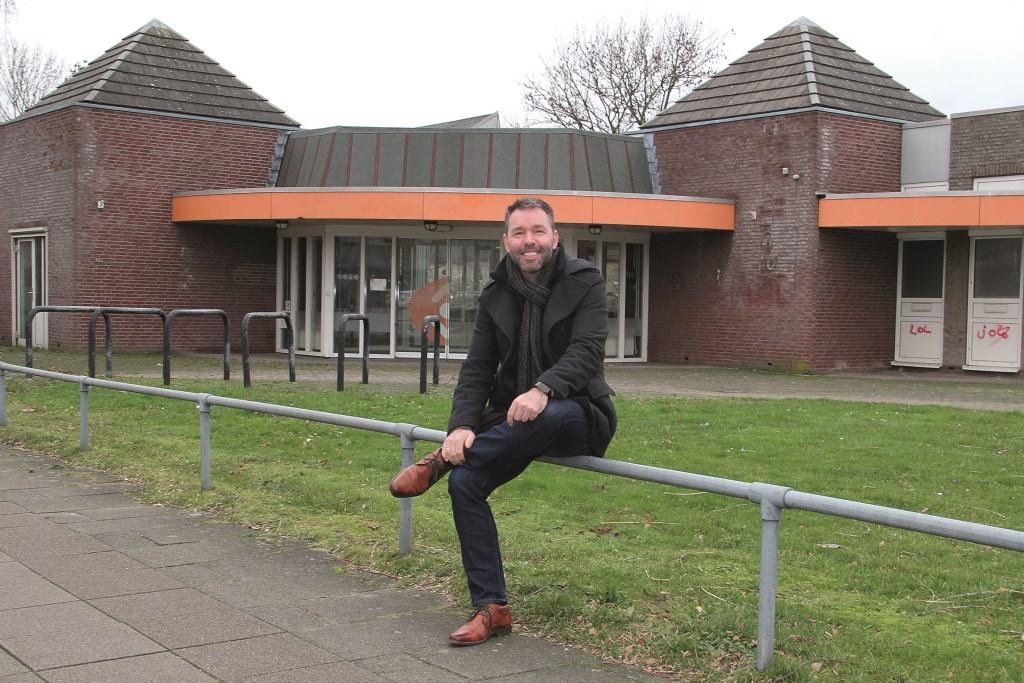 Voorganger Christiaan Vos voor de oude bibliotheek die is aangekocht door KerkvoorNu: 'We zijn geen 'ambtelijke' kerk met een strakke liturgie. We praten in woorden van nu, in begrijpelijke taal.'