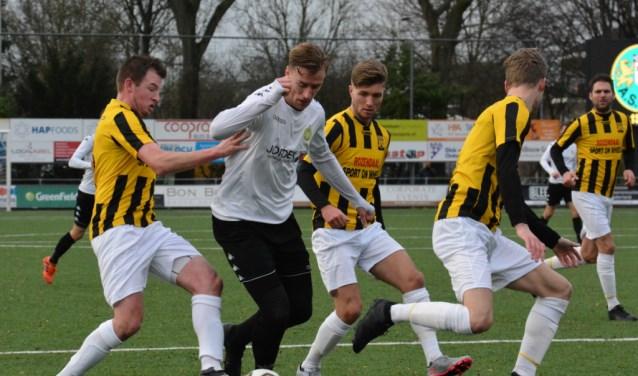 Spits Peter de Lange was lekker ouderwets op dreef en scoorde drie keer. (FOTO: Philip Schmidt/www.phsfoto.nl)