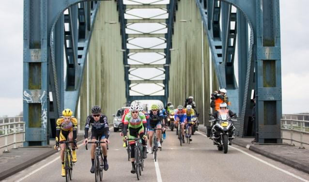 De 'oude' IJsselbrug luidt zaterdagmiddag 3 maart de finale in van de Craft Ster van Zwolle. (foto: Leon van Bon)