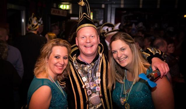 Prins Robbert de Kleivruuter en zijn hofdames Brigitte (l) en Marieke