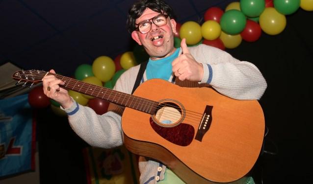 Tonprater Jasper van Gerwen speelt graag een onnozel typetje en sloot zijn optreden in 't Lagerhuis af met een nummer op gitaar. Hij is op 31 maart opnieuw te zien bij de eerstvolgende showavond (Das Pas Lachen) in de Heische Tip in Zeeland.