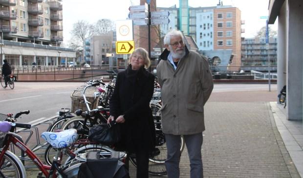 Anneke Souverein en Joop Israëls van de Fietsersbond hopen dat op 21 februari veel mensen naar de bieb komen om mee te denken over het fietsbeleid in Almelo