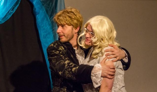 Molenaarszoon Jaap en zijn Wendy, twee karakters in De Gelaarsde Poes.  De spelers en hun regisseur Rob Wielenga hebben enkele maanden hard gewerkt aan deze voorstelling. (Foto:Essential Productions)
