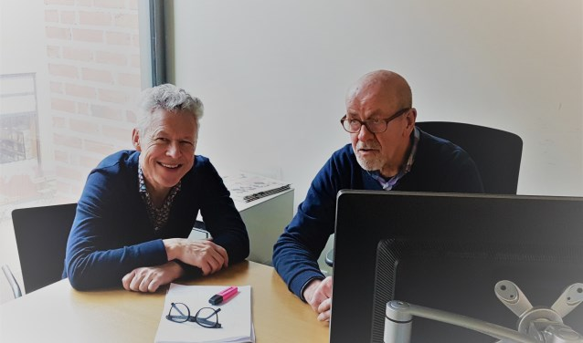 Coördinator vrijwilligers Harry Nijboer (rechts) met consulent basisvaardigheden René Lueks. Lueks gaf in Utrecht een presentatie over de aanpak in Nijverdal aan zijn collega's uit het hele land. Foto: Bibliotheek