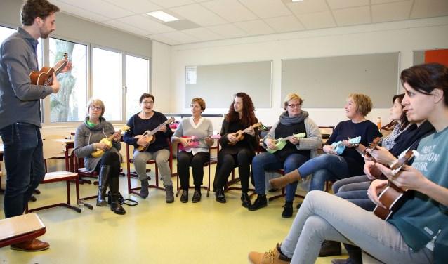 In Heeze is er een ukeleleklasje gevormd door leraren van basisschool Merlebos, De Talententoren en OBS De Trumakkers.Foto: Theo van Sambeek