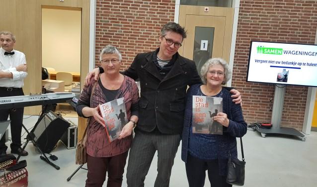 Tilly van Schie en Jeanne Vos zijn blij met de dichtbundel van Martijn Adelmund. (foto: Kees Stap)