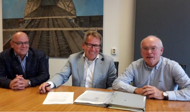 De energiecoöperatie Powered by Hattem krijgt een belangrijke rol in de uitvoering van het klimaatbeleid Hattem. Op de foto penningmeester Marten Jansen (l), voorzitter Dick Stoppelenburg en secretaris Jart Sluiter.