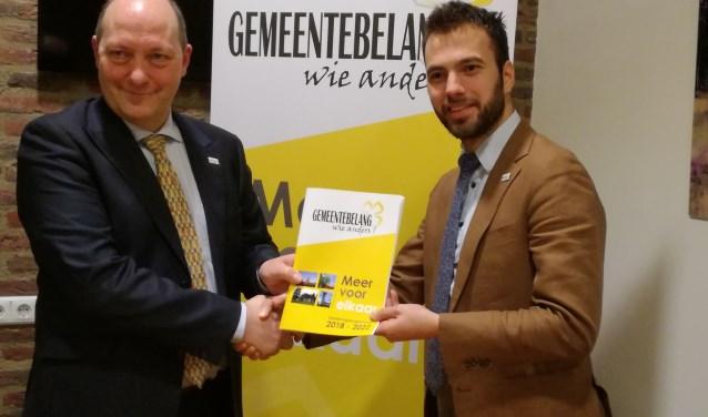 Martin Mol reikt het verkiezingsprogramma Meer voor elkaar uit aan de voorzitter van Gemeentebelang Mark van de Bunte. Eigen foto