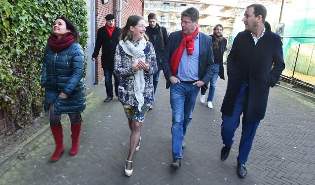 Vlnr: Marianne Kock, Els Birkenhäger (Sité), Steven Kroon en Lodewijk Asscher tijdens het bezoek van de PvdA-politicus. (foto: Roel Kleinpenning)