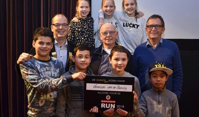 Joop Bolder (midden) en Theo Kampschreur (rechts) van de Stichting Vrienden van de Breuly weten zich omringd door Fred Melgers, president van Lions Club (links) en een aantal Choice Kids. (foto: Ab Hendriks)