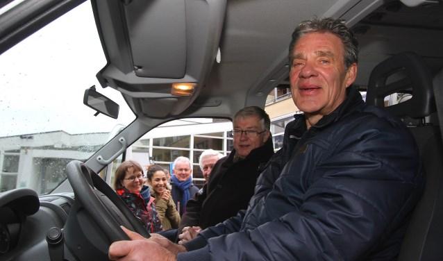 John van Meeteren begint aan zijn eerste rit als chauffeur van de Boodschappenbus in Elst. Die rijdt voor mensen die minder mobiel zijn. Ze maken een rit naar het centrum van Elst voor een bezoek aan onder meer de weekmarkt. Naast Van Meeteren zit wethouder Ron van Hoeven. (foto: Kirsten den Boef)