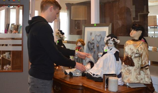 Vrijwilliger Max geeft de collectie bijzondere poppen aandacht voordat de deuren openen. FOTO: Ben Blom