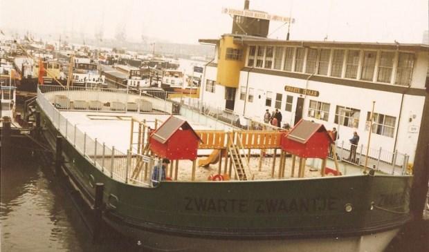 Het Zwarte Zwaantje lag vroeger in de Maashaven te Rotterdam. (Foto: collectie van Steunpunt Binnenvaart)