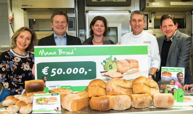 Margot Ribberink, Willem Jan van Wijk en Smaragda Den Hond van Cordaid, Eric van Otten (Bakkerij van Otten) en Eric Tijhof (Bakels).