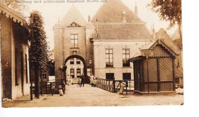 De brug over de Hollandse IJssel met de IJsselpoort in 1911. Maar ook nu geldt nog: Stapvoets rijden! (Archieffoto)