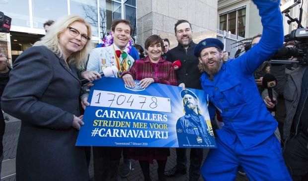 Sjefke Vaeren overhandigt handtekeningen van 170.478 carnavalliefhebbers. Foto: Bavaria.