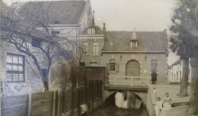 Een prachtig oud plaatje van het Waaggebouw in Montfoort