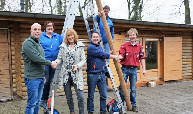 V.l.n.r. Rogier Grondman, Tamara Hietkamp (bestuur Scouting), Wendy Wiggers, Rob Toebes, Jacqueline Schelling (secretaris Scouting) en Lennart Lieverdink