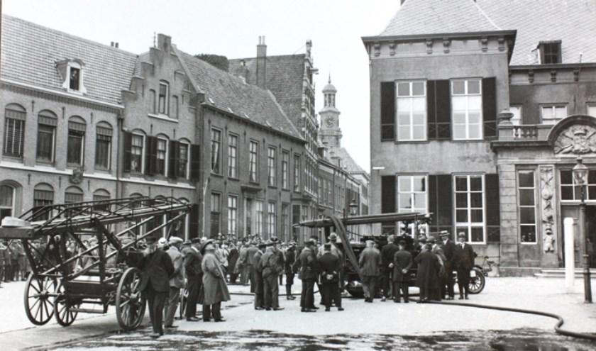 Oefening van de brandweer bij de St. Walburgtoren in 1925. (Foto: Stedelijke Musea Zutphen)