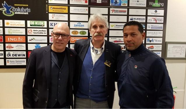Voorzitter Gerrit te Kolste van FC Winterswijk ontvangt de hoofdrolspelers van de sponsoravond. Links oud-wielrenner Gert Jakobs en rechts Vitesse-trainer Henk Fraser.
