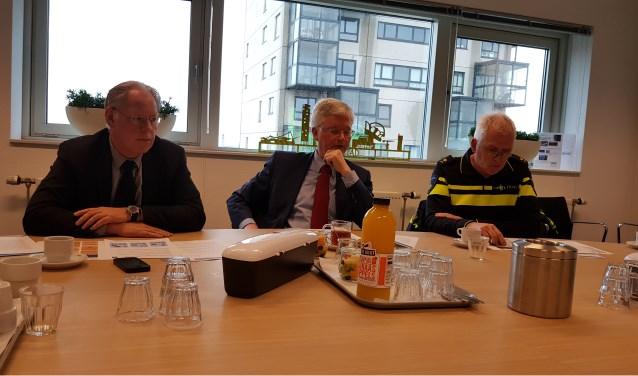 Officier van Justitie Tom Hendriks, burgemeester Theo Weterings en politiechef Peter Verschuur.