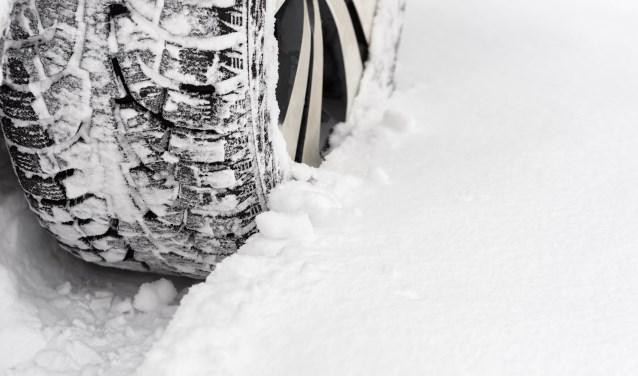 Grote stukken sneeuw kun je gemakkelijk van je auto verwijderen; vergeet daarbij het dak en je kentekenplaat niet. Gebruik een zacht instrument om je auto sneeuwvrij te maken, zodat je geen krassen op de lak van je auto krijgt.