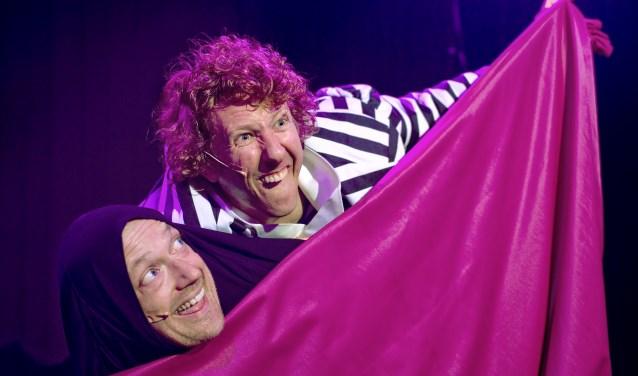 Aston Brothers staan in het theater met Enfants Terribles. Foto: Tim Klaase