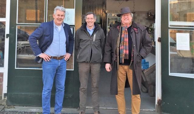 Jaap Kooimans (SGA), Ad Visser (De Buytenhof) en Eric Gude (SGA) bij de ingang van de Theeschenkerij van De Buytenhof waar het Verhalenhuis zal plaatsvinden. Kaarten voor dit initiatief zijn verkrijgbaar bij De Buytenhof en Het Witte Huys in Rhoon.