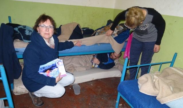 """In de Albanese gevangenissen treffen Fred Westerink en Wilma Verburg regelmatig bizarre situaties aan. """"De ene gevangene slaapt onder het bed van de ander."""" Westerink probeert met zijn Stichting de leefomstandigheden van gevangenen te verbeteren."""