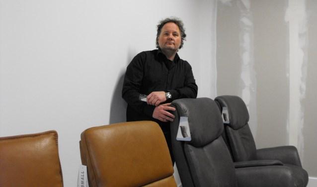 Geert Pots in de kamer voor relaxfauteuils. De nieuwe kamer wordt momenteel ingericht.