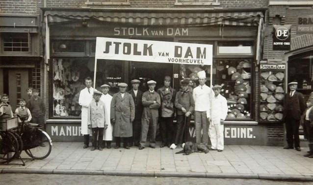 Foto is gemaakt in 1954 voor het pand. Tegenwoordig is is Stolk van Dam Herenmode gevestigd op Voorheuvel 40. FOTO: archief familie Stolk