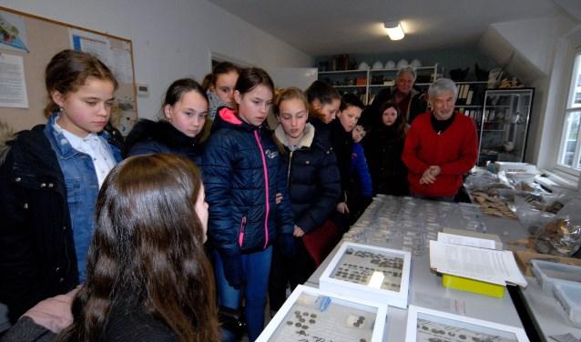 De kinderen keken hun ogen uit tijdens de archeologische speurtocht. (foto: Tom Oosthout)
